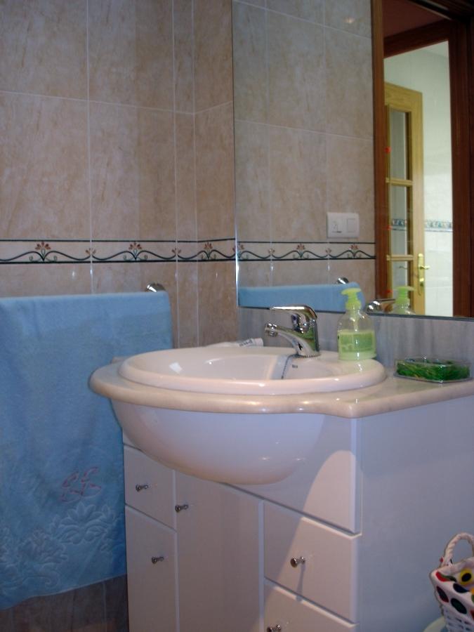 Construcción de baño y colocación de mueble de baño