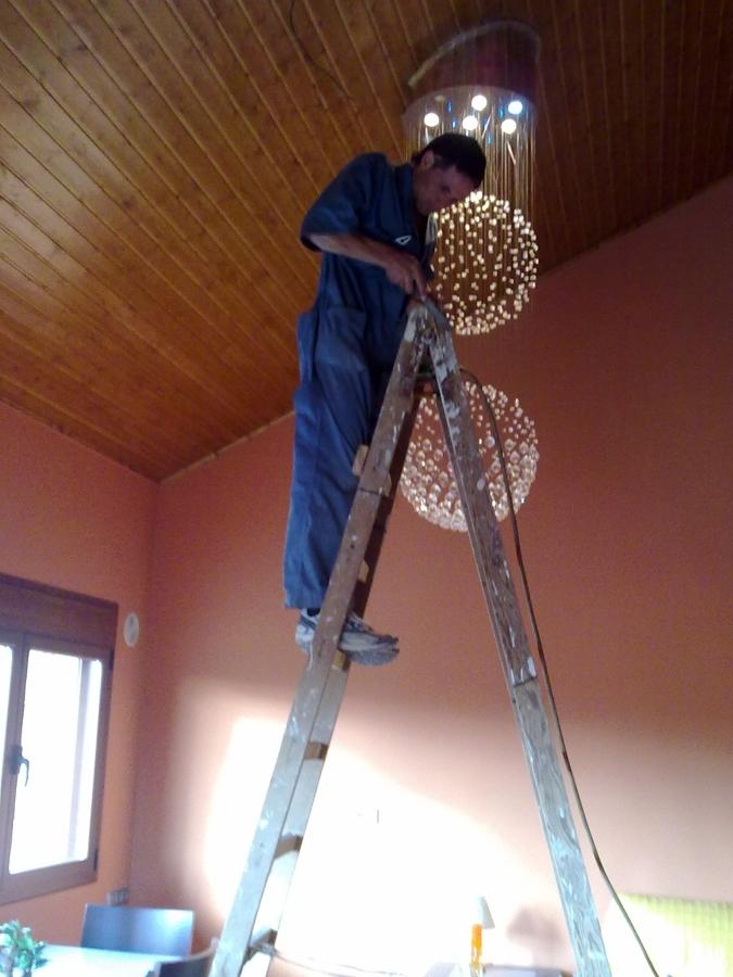 Foto construcci n de falso techo de madera y colocaci n - Lamparas de madera para techo ...