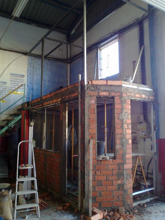 Foto construccion de oficina y almac n en taller mecanico for Construccion oficinas