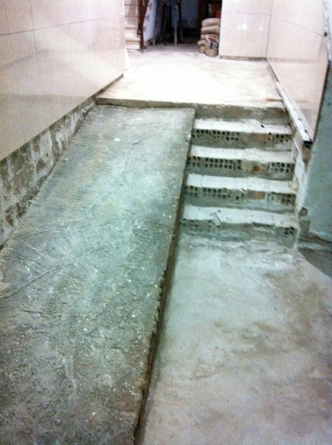 Foto Construccion De Rampa En Portal De Construcciones Y