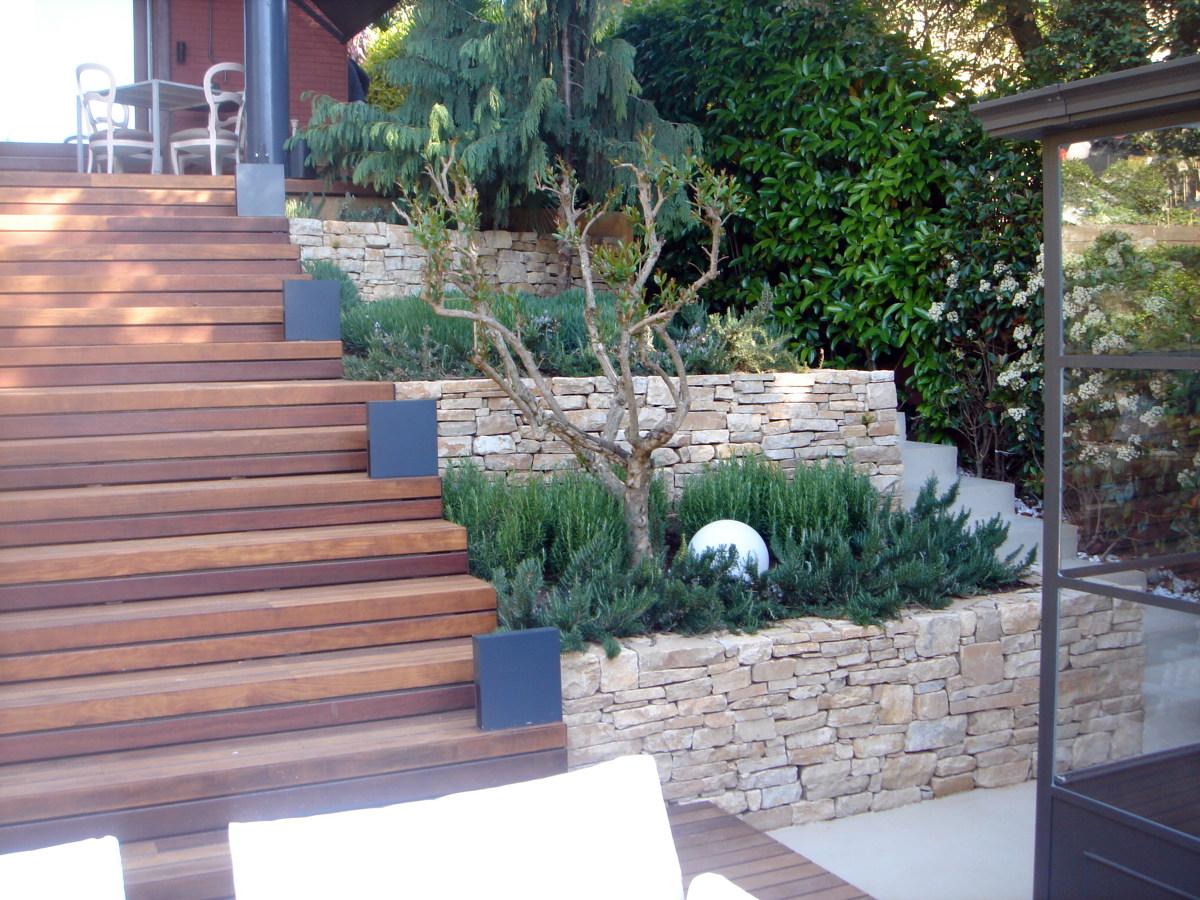 Foto contenci n de desnivel realizado con piedra en bruto for Disenar un jardin rustico