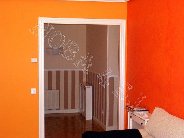 Foto contraste de colores en salon con fondo recibidor a - Color salmon en paredes ...