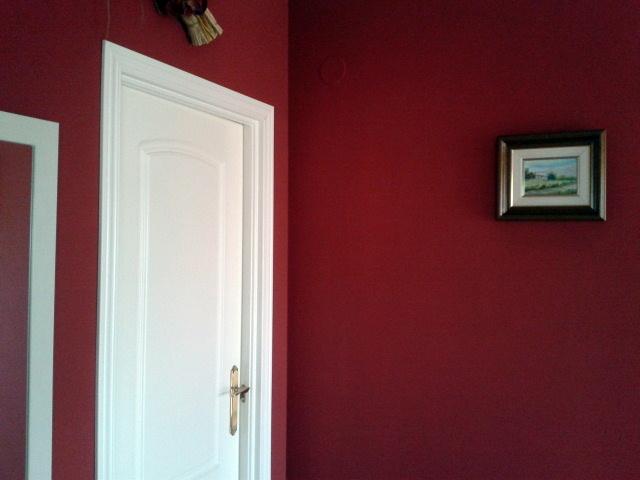contraste de rojo con lacado blanco