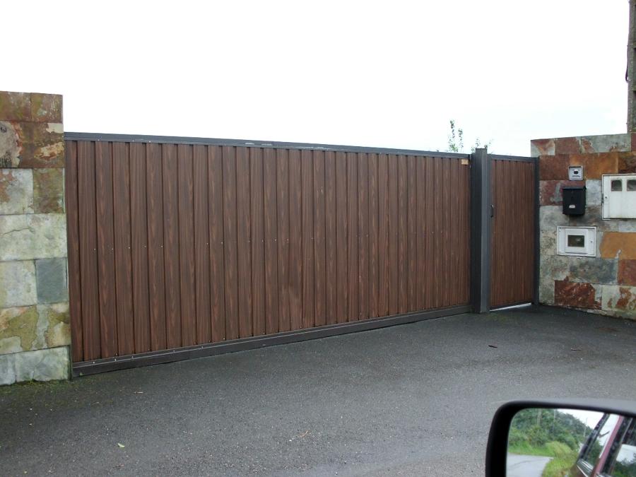 Foto corredera en chapa grecada imitaci n madera de - Proyecto puerta de garaje ...