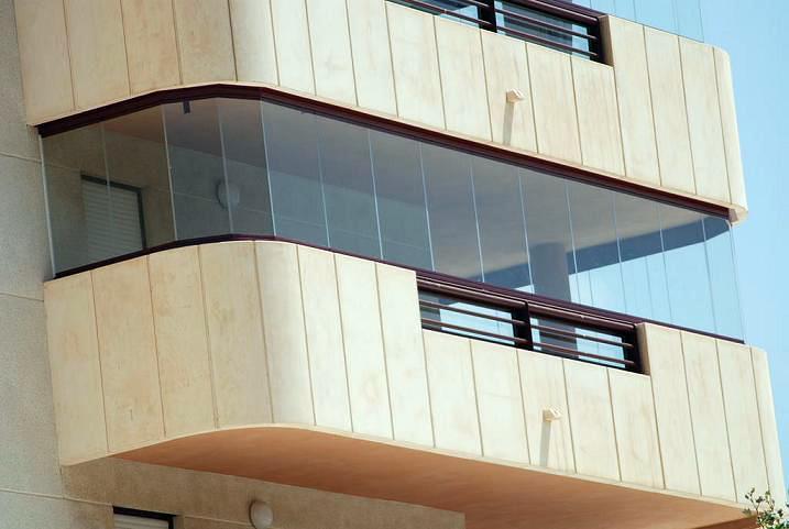 Foto cortinas de cristal en calpe de cortinas de cristal for Precio m2 limpieza cristales