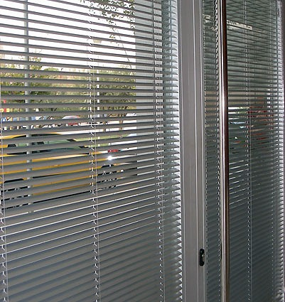 Foto cortinas venecianas de aluminio y madera de toldos - Cortinas venecianas madera ...