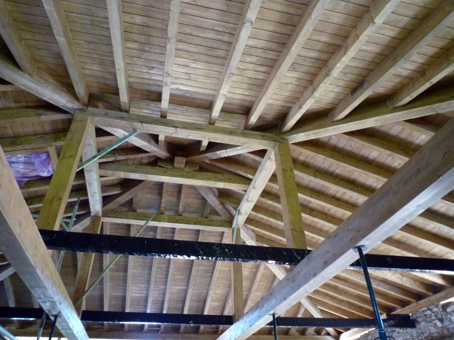Foto cubierta a cuatro aguas de arteaga estructuras de for Tejados madera ourense