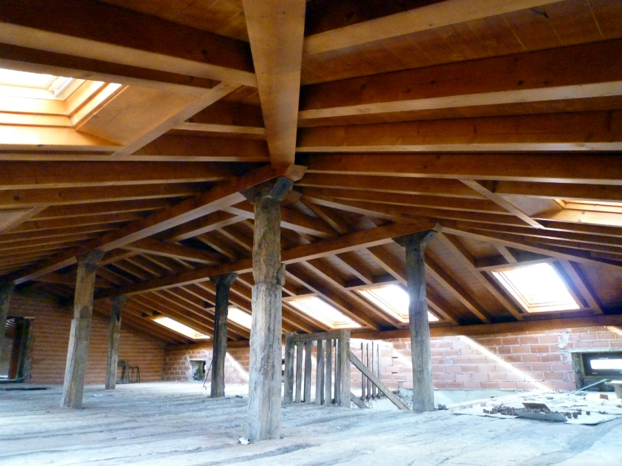 Foto cubierta a tres aguas de arteaga estructuras de for Tejados de madera a cuatro aguas