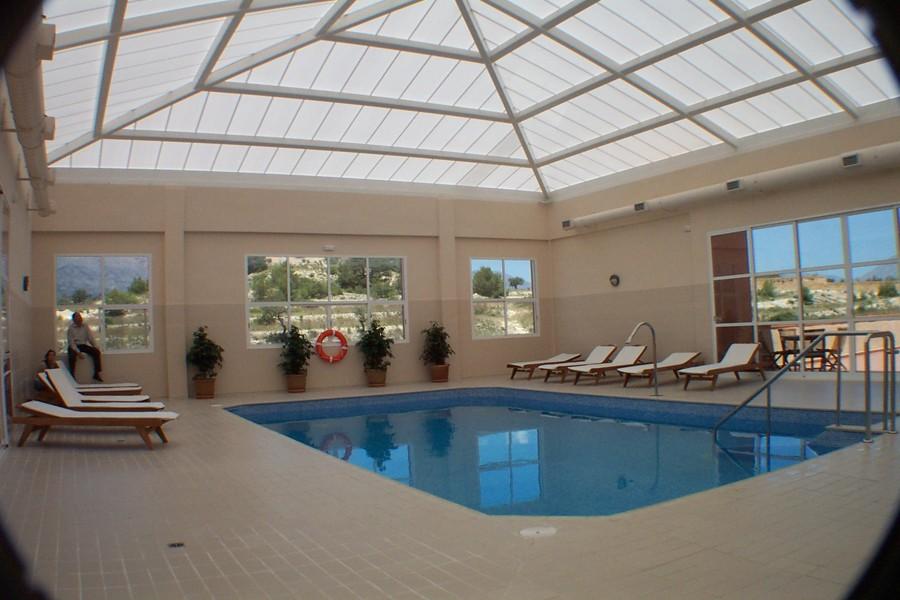 Foto cubierta de piscina de arquitectura rub n su for Piscina cubierta zaragoza