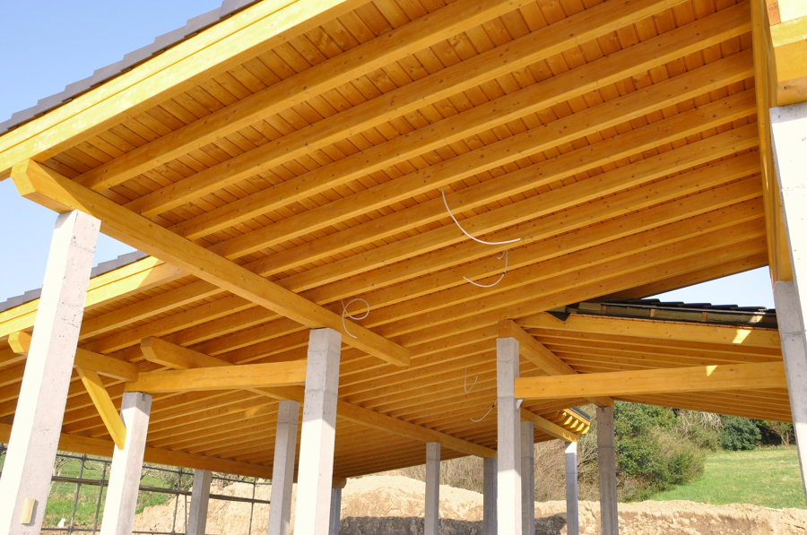Foto cubierta madera laminada en andrakas de precom for Tejados de madera a cuatro aguas