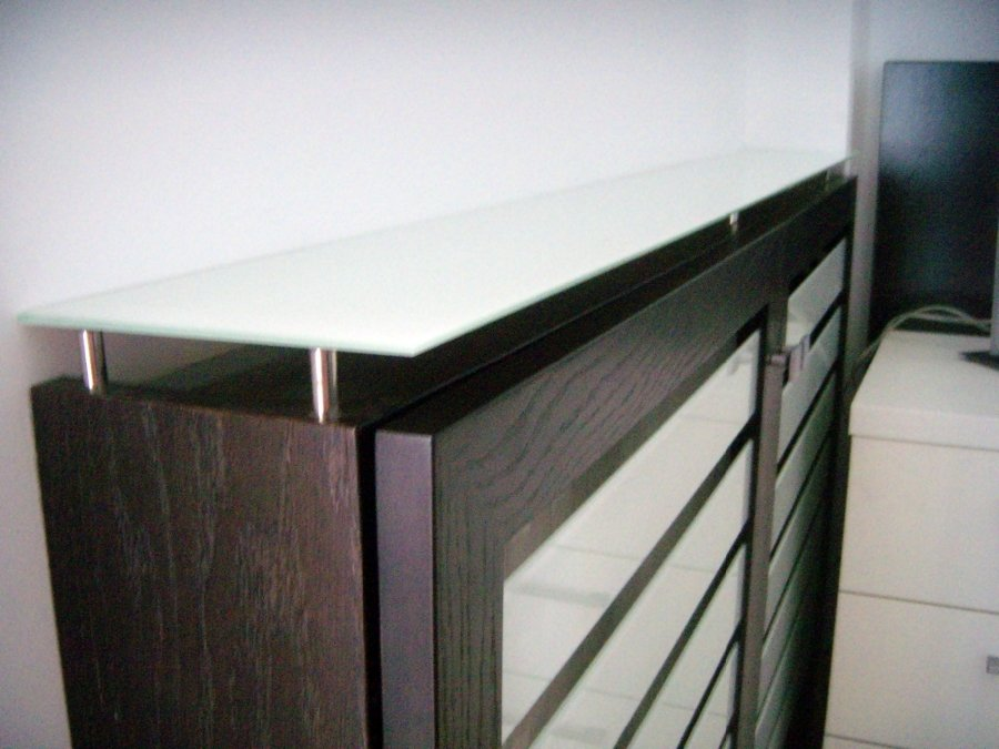 Foto cubre radiador con lamas y encimera de cristal de - Cubreradiadores de cristal ...