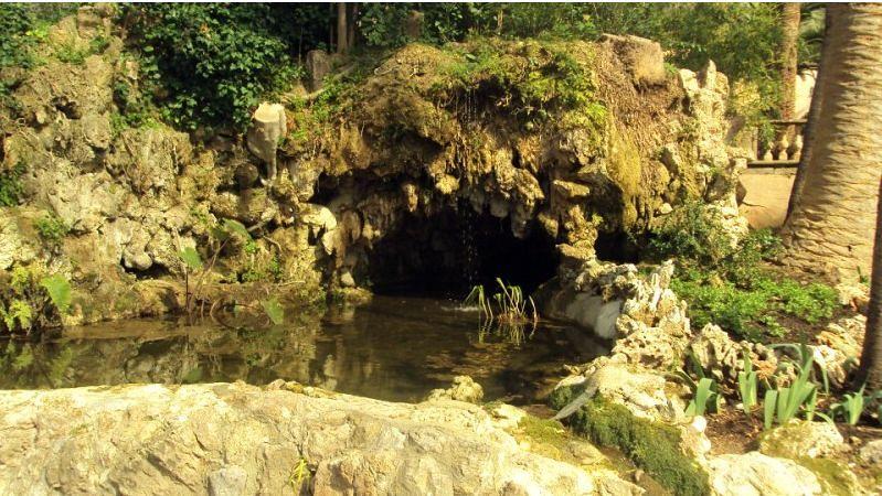 Foto cueva fuente estanque de piedra de construcciones for Estanques de piedra