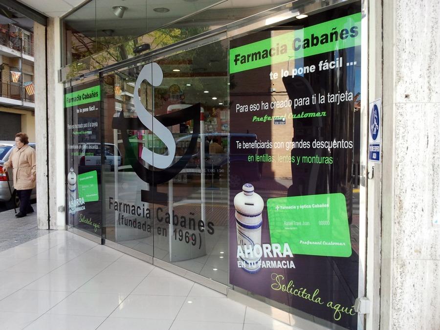 Foto decoraci n cristaleras farmacia de r tulos dacrea - Decoracion farmacias ...