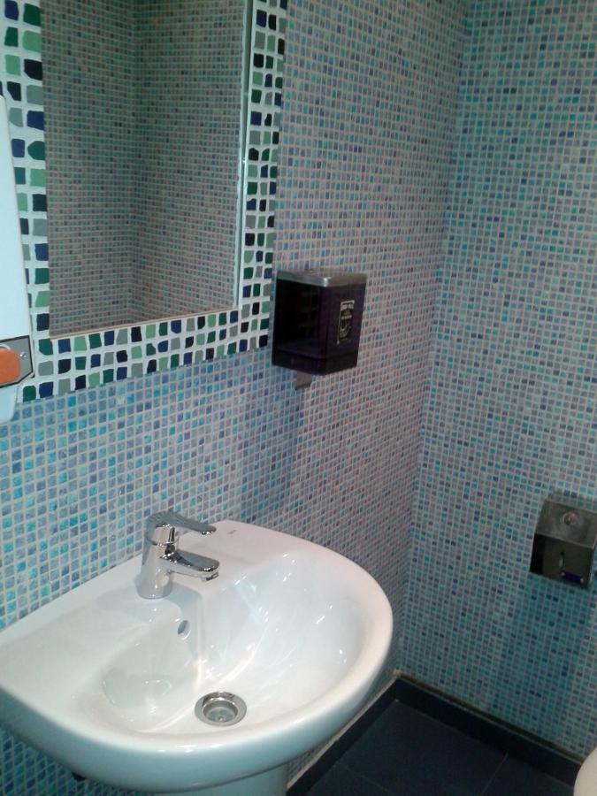 Foto empapelado de azulejos de ba o de alfonso garcia - Empapelar sobre azulejos ...