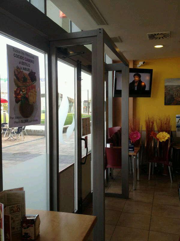 Foto desplazando puerta de entrada de restaurante en - Restaurante puerto venecia ...
