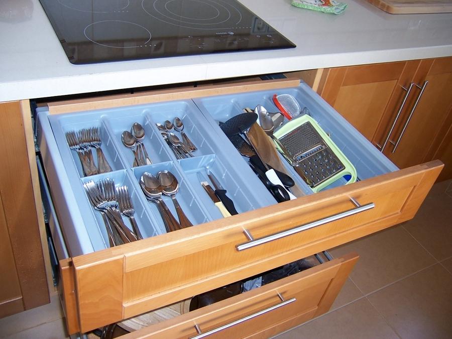 Detalle cajones cocina con cuberteros.