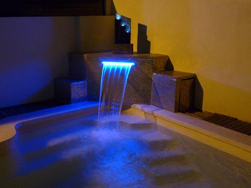 Foto detalle cascada piscina de obra de tienda piscinas s for Accesorios para piscinas cascadas