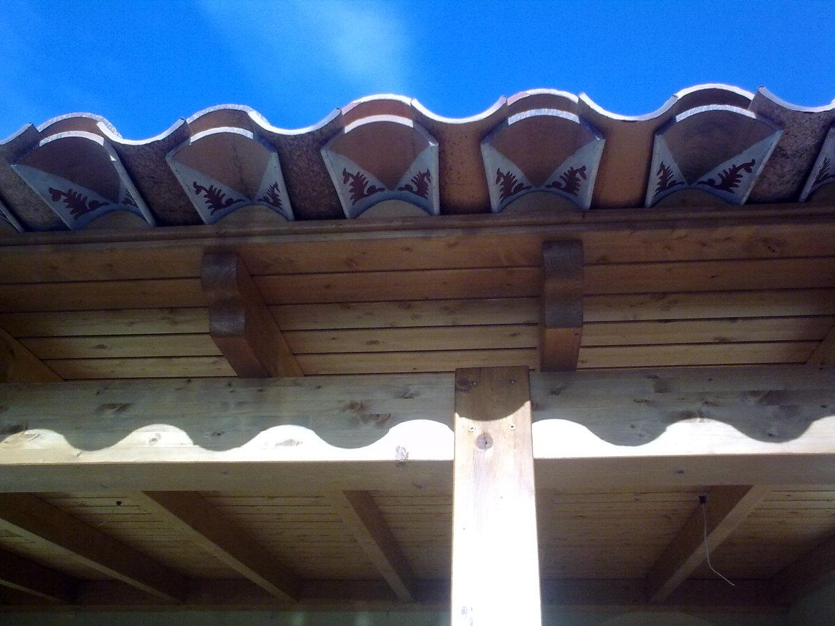 Foto detalle de alero con tejas decoradas de techos de for Tejados madera ourense