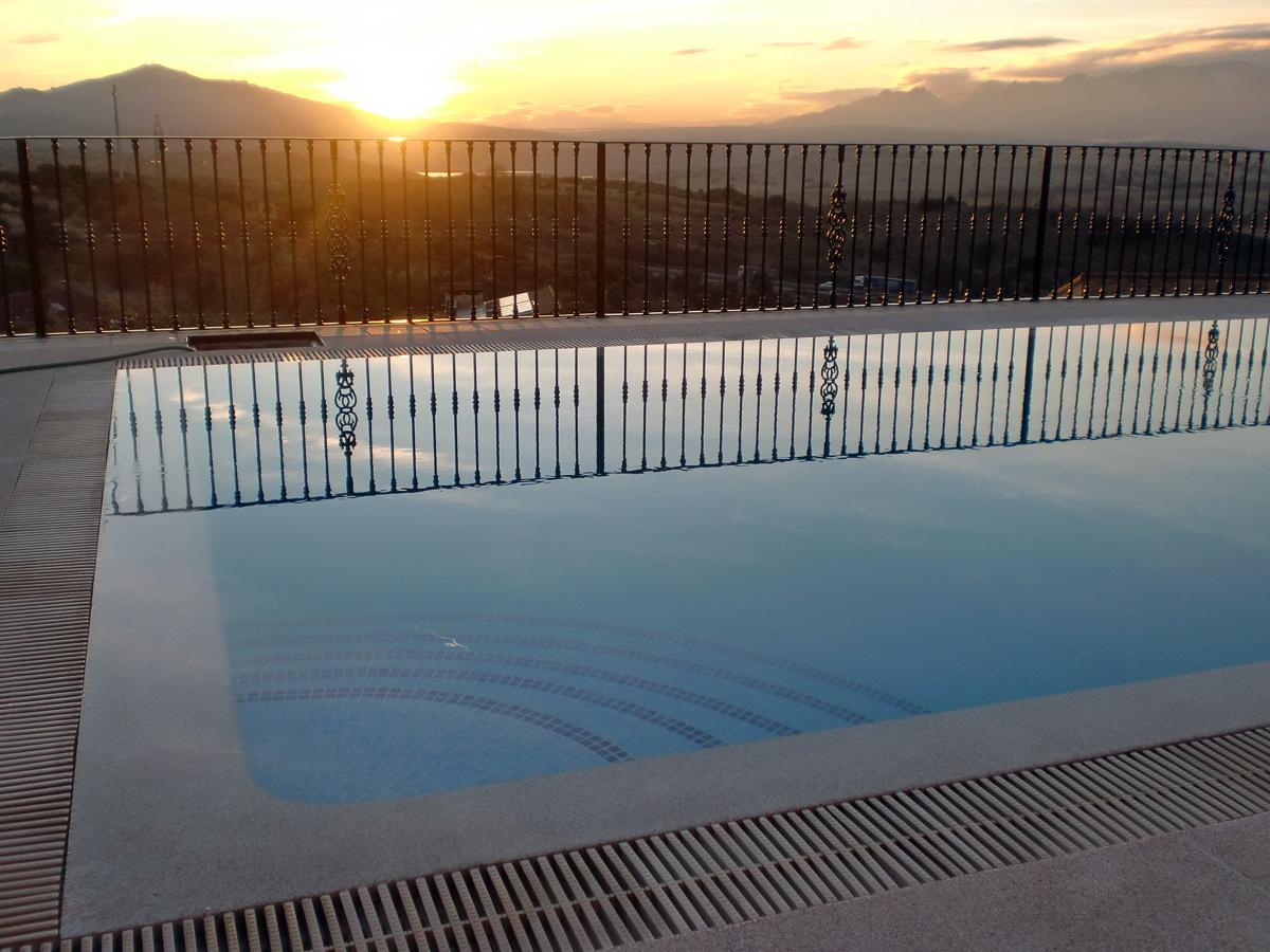 Foto detalle de piscina desbordante de piscinas y for Detalle constructivo piscina desbordante