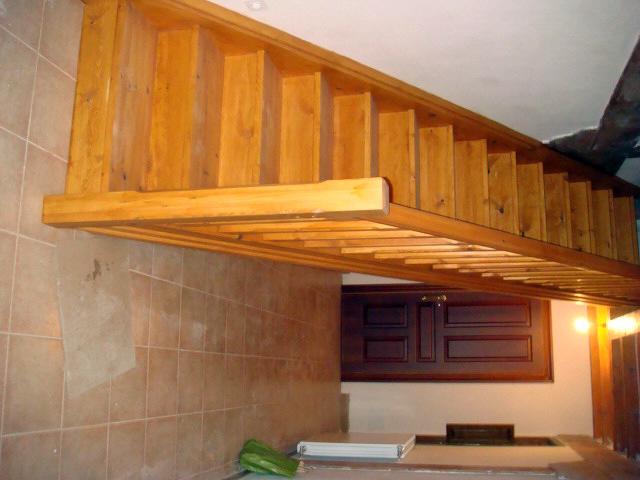 Foto detalle escalera de madera barnizada de alba iler a - Hacer escaleras de madera ...