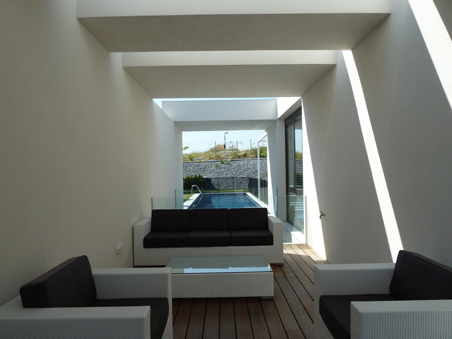 detalle terraza exterior pavimento de madera con piscina