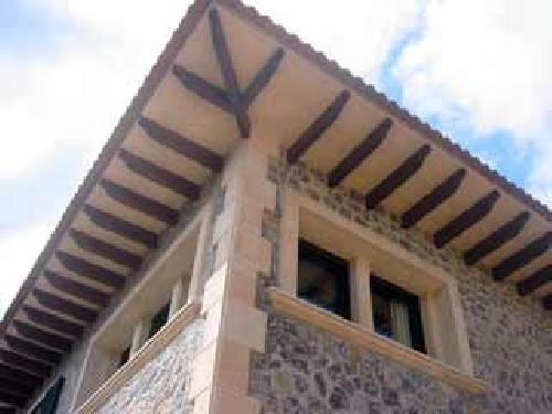 Foto detalle voladizo tejado de construnova mallorquina for Tejados madera ourense