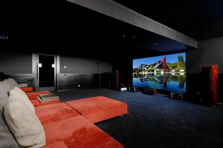 Diseño y ejecución de sala de cine en casa en Uni-familiar.