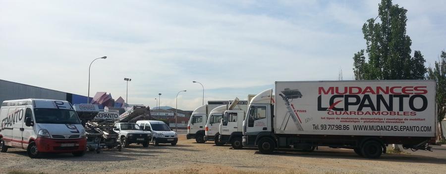 Diversos vehículos en la empresa
