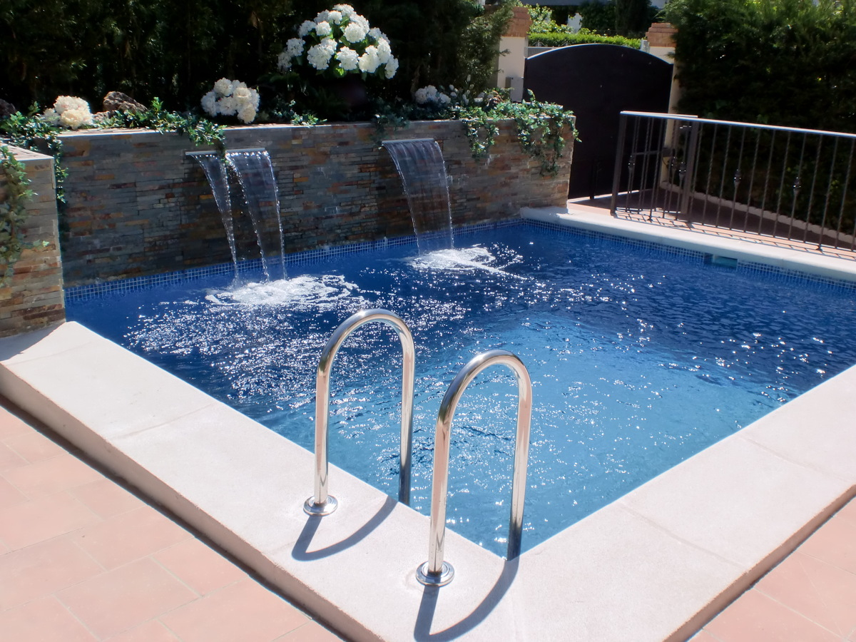 Foto doble cascada laminar en jardinera de piscinas y for Modelos de piscinas con cascadas
