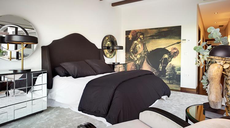 Dormitorio con cabecero tapizado.