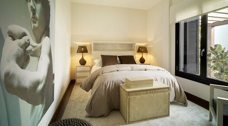 Dormitorio retro con cabecero de madera decapada.