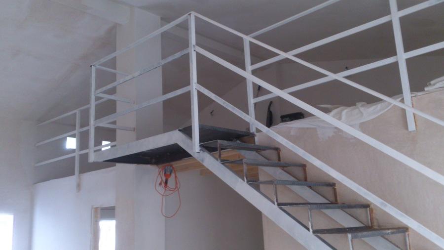 escalera de forja para acceso a huardilla.