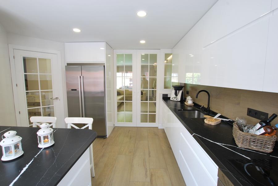 Moderna y funcional cocina abierta a salón
