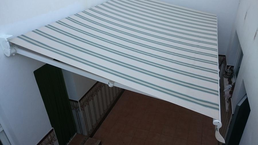 Foto toldo en patio interior de automatismos aluminio y - Toldos para patios interiores ...