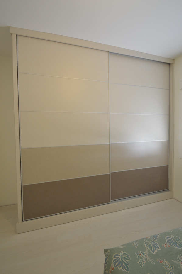 Foto frente de armario de dise o con puertas correderas - Puertas correderas de diseno ...
