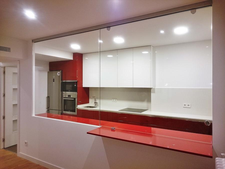 Foto cortina de cristal cocina americana pasa platos de - Cocinas de cristal ...