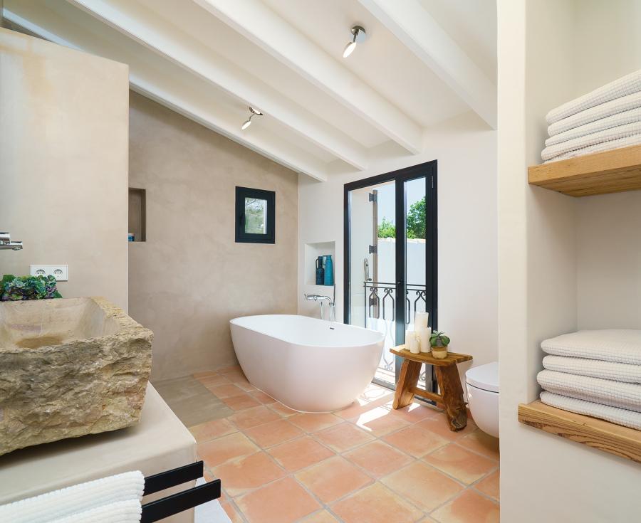 Baño principal con microcemento.