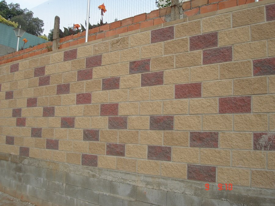 Muro armado con bloque visto decorativo