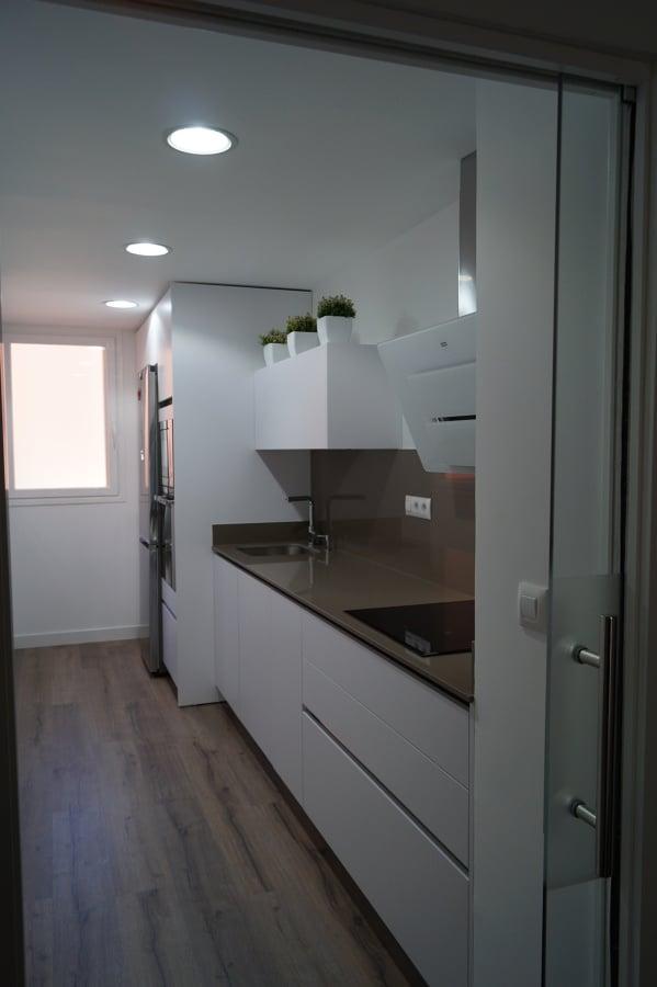 Foto cocina blanca suelo tarima y puerta de cristal de - Tarima para cocina ...