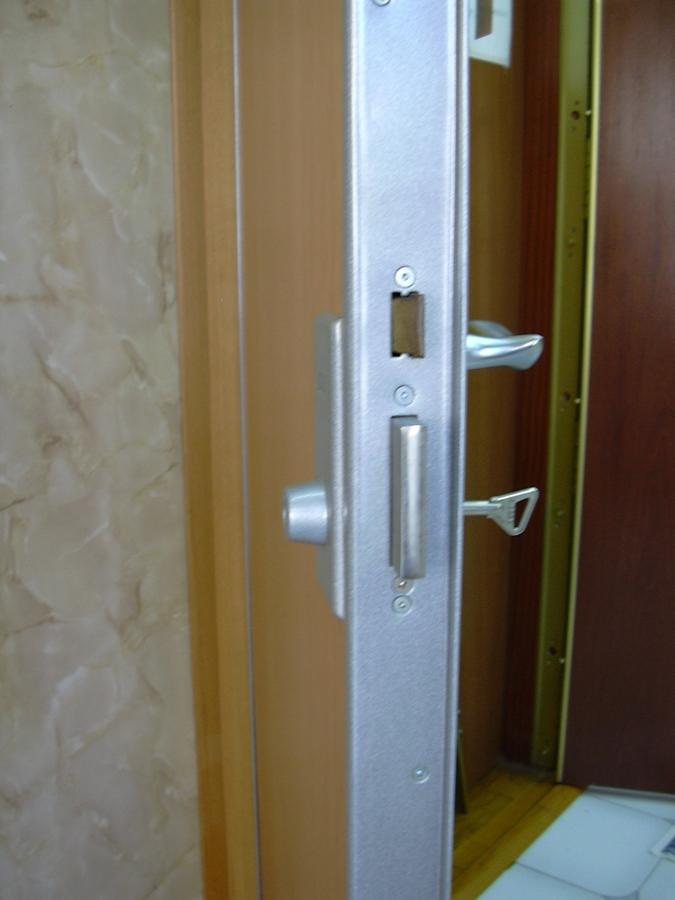 Puerta blindada con bombín
