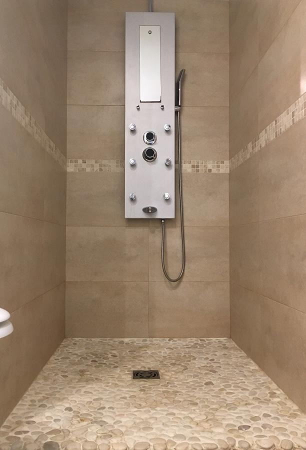 ducha con suelo de piedras