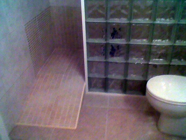 Foto ducha con rampa de reformas y pintura andreu casas - Duchas para mayores ...