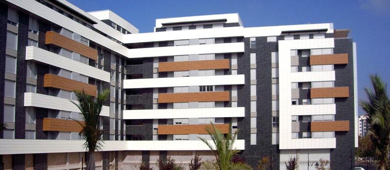 Edificio de viviendas con cerámica