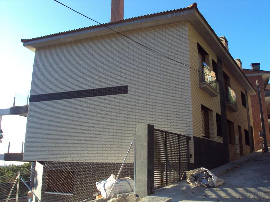 Edificio de viviendas y garajes