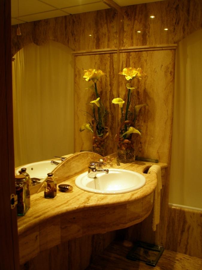 Foto encimera ba o m rmol travertino nacional madera de marbres octavio 349278 habitissimo - Encimera bano madera ...