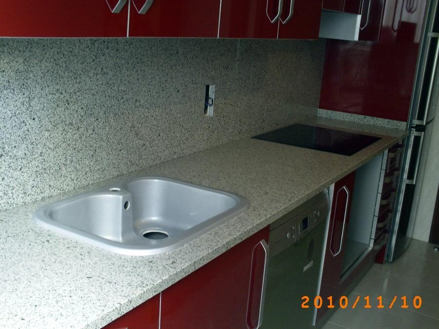 Foto encimera cocina en granito blanco cristal 3 cm de for Marmoles y granitos para cocinas