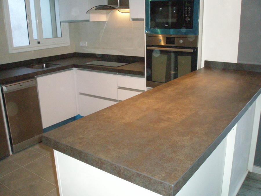 foto encimera cocina y barra iron moss neolith de marbres