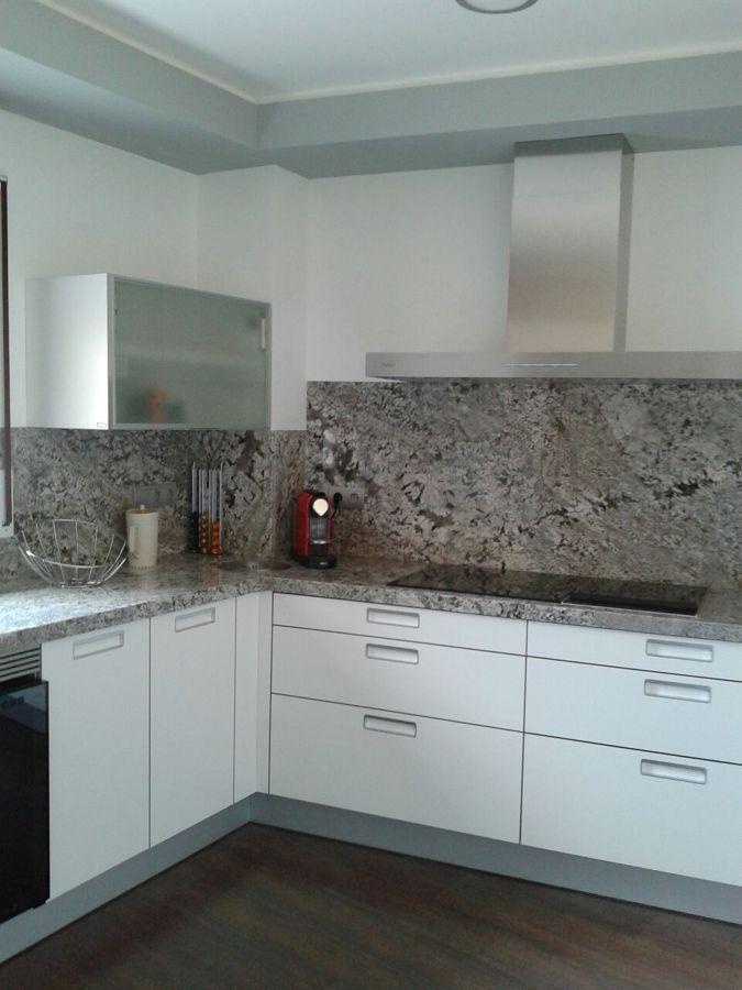 Foto encimera cocina y pared granito lennon de marbres for Tipos de granito para encimeras