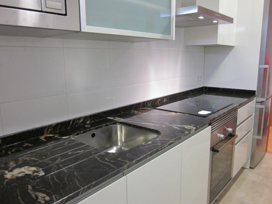 Foto encimera de cocina en granito naturamia titanium pulido de marmoleria sa pedra 610296 - Granito para encimeras de cocina ...