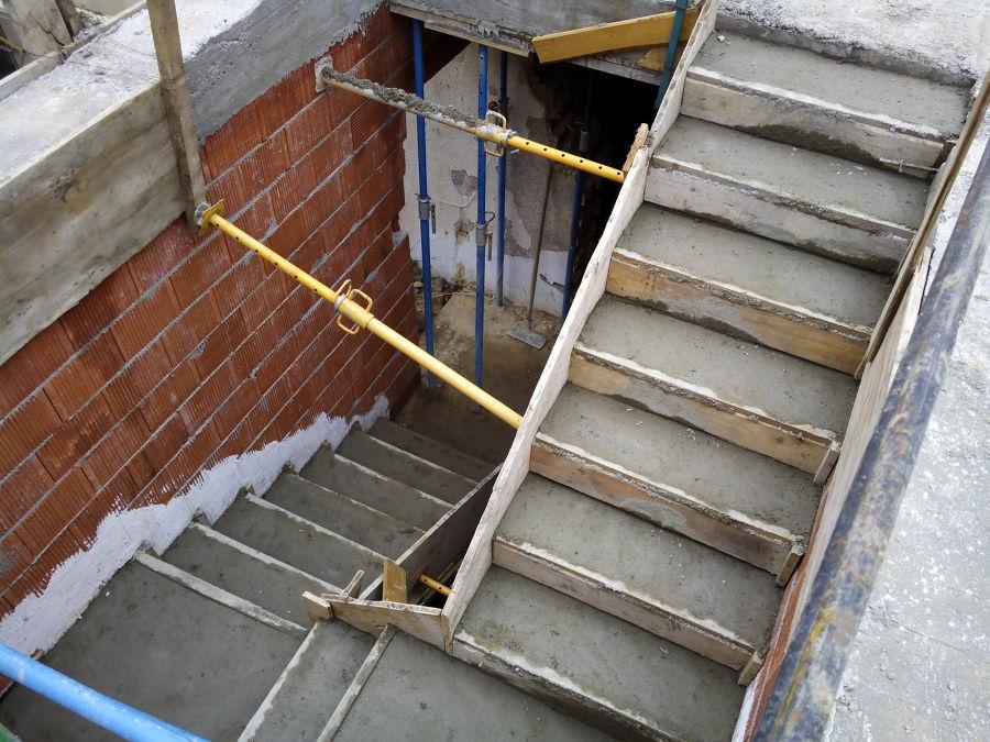 Foto encofrado de escalera de hormigon de construcciones for Escalera de hormigon con descanso